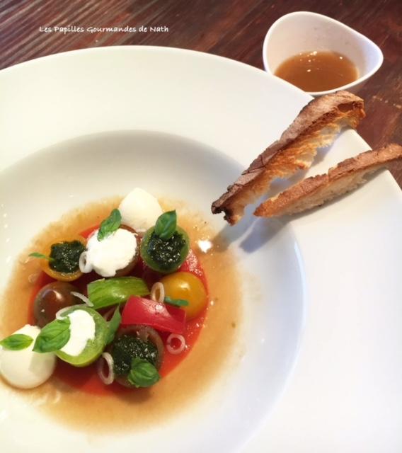 Salade tomates mozzarella Burratta , Pesto de basilic sur sa gelée de gaspacho de tomates et son eau de tomate
